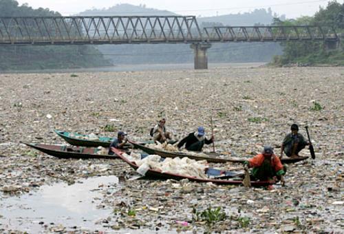 Η Γη ένας απέραντος μολυσμένος σκουπιδότοπος
